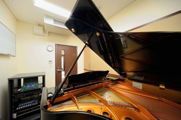 グランドピアノのあるレッスンルーム